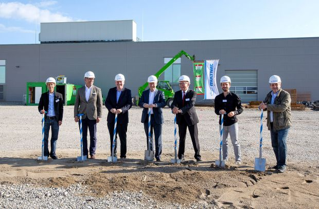 As part of an official ceremony, the Directors of Multivac Hans-Joachim Boekstegers (CEO), Guido Spix (CTO and COO) and Christian Traumann (CFO) turned the first spadeful of earth for the construction of a new building complex in Wolfertschwenden.