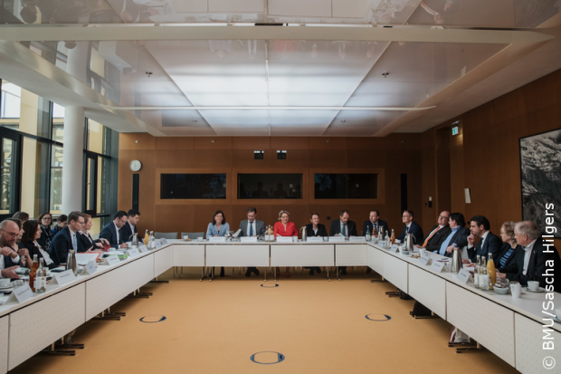 Federal Environment Minister Svenja Schulze invited representatives of trade, manufacturers and associations to a dialogue on the reduction of plastic packaging.