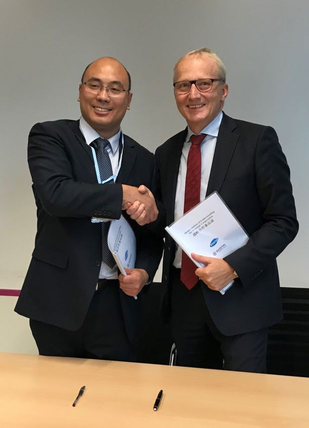 Dr. Yingjun Zhou (left), General Manager of Shandong Vland Biotech Co., Ltd., and Dr. Reiner Beste, Chairman of the Board of Management of Evonik Nutrition & Care GmbH signed a MOU.